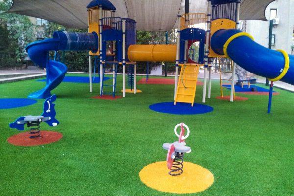 משטחי בטיחות למגרשי משחקים